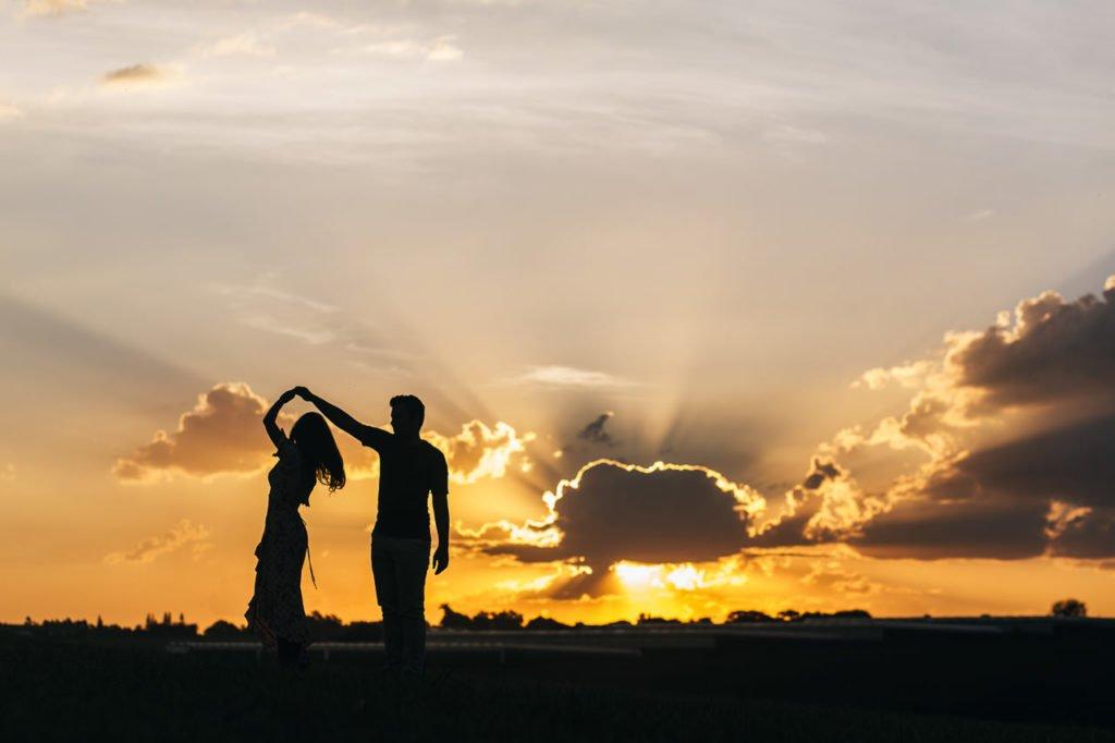 por do sol e noivos dançando