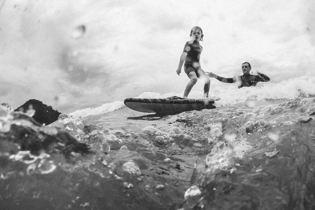 foto de familia na praia surfando